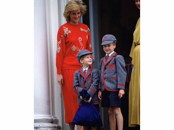 3 mẫu áo len Công nương Diana từng diện giờ đang hot trở lại - Ảnh 1.