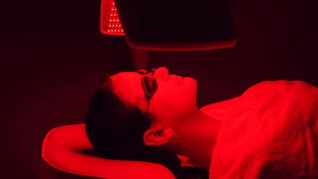 Sự thật về liệu pháp ánh sáng đỏ trong chăm sóc da - Ảnh 1.
