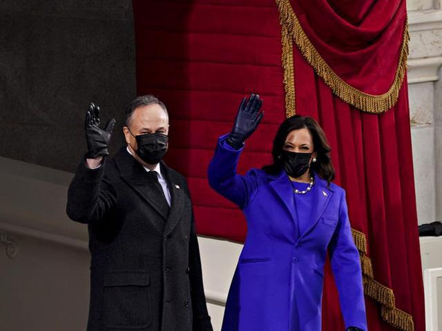 7 chiếc áo khoác đẹp nhất trong ngày nhậm chức của ông Biden - Ảnh 1.