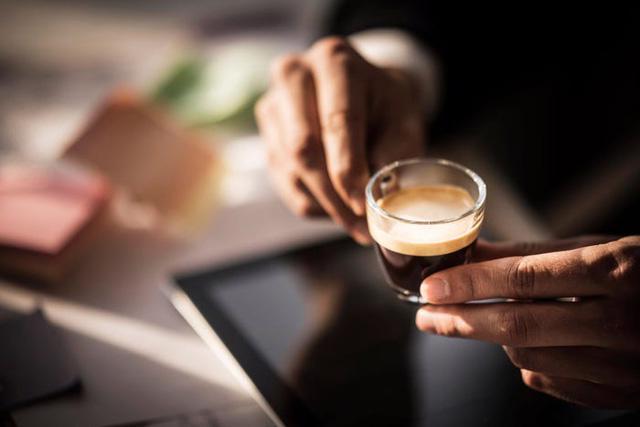 Uống từ 3 đến 4 tách cà phê mỗi ngày có thể giúp sống lâu hơn - Ảnh 1.
