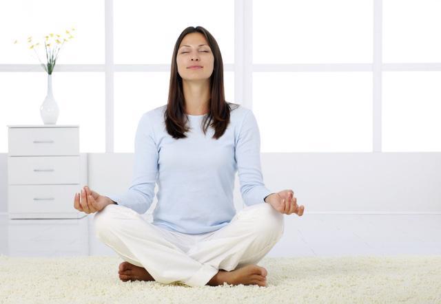 Những động tác yoga giúp bạn ngủ ngon - Ảnh 1.