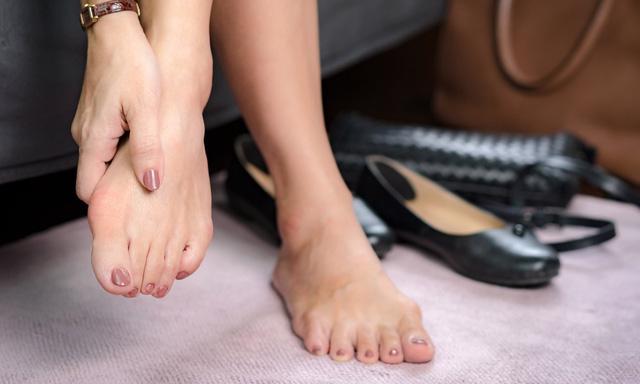 Đi giày sai cách sẽ dẫn đến các bệnh lý bàn chân - Ảnh 1.