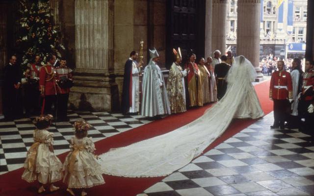 10 điều đặc biệt về chiếc váy cưới của Công nương Diana - Ảnh 4.