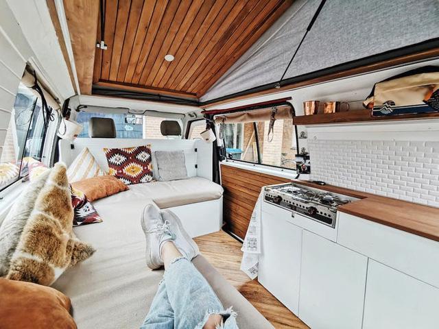 Một gia đình ở Hà Lan đã biến chiếc xe tải của họ thành ngôi nhà nhỏ phóng túng - Ảnh 4.