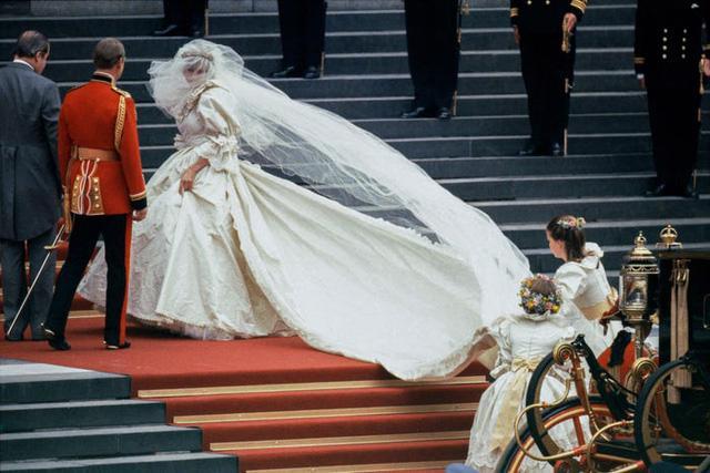 10 điều đặc biệt về chiếc váy cưới của Công nương Diana - Ảnh 1.