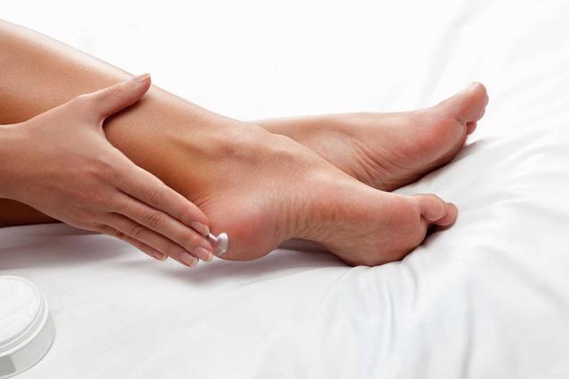 Mẹo hay trị nứt gót chân mùa khô lạnh - Ảnh 1.