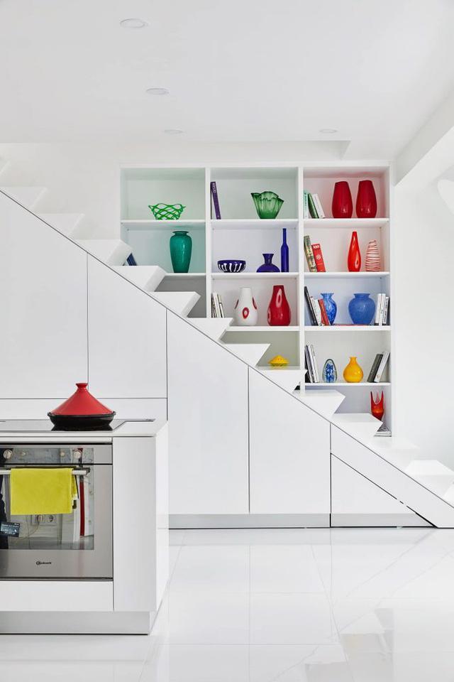 Căn hộ trắng toàn tập làm nền cho đồ nội thất màu neon - Ảnh 1.