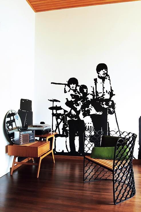 Căn hộ nhỏ phong cách với decal dán tường - Ảnh 2.