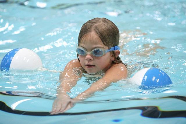 Mùa hè cẩn trọng viêm tai giữa khi cho trẻ đi bơi - Ảnh 1.