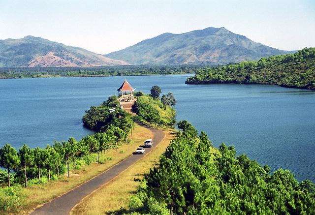 Vẻ đẹp tĩnh lặng xanh biếc của Biển Hồ Pleiku - Ảnh 4.