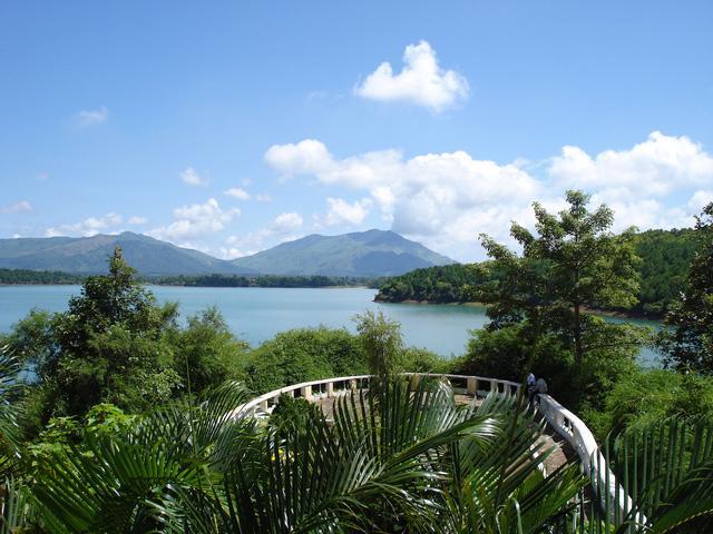 Vẻ đẹp tĩnh lặng xanh biếc của Biển Hồ Pleiku - Ảnh 5.
