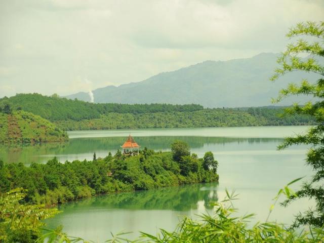 Vẻ đẹp tĩnh lặng xanh biếc của Biển Hồ Pleiku - Ảnh 6.