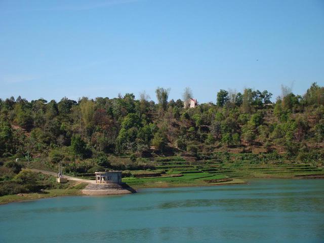 Vẻ đẹp tĩnh lặng xanh biếc của Biển Hồ Pleiku - Ảnh 3.