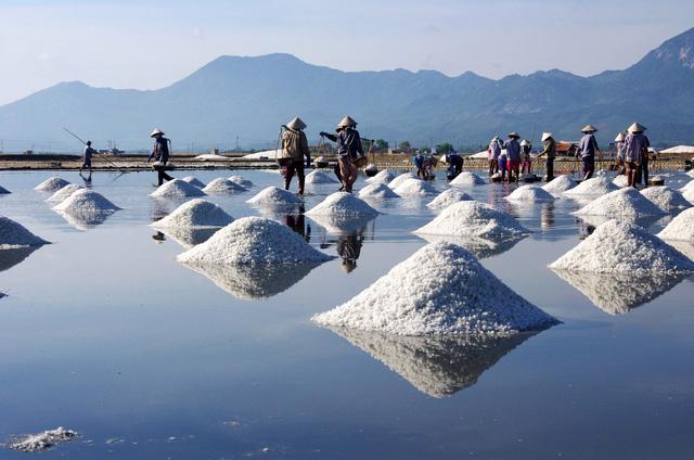 Sa Huỳnh: biển xanh và muối trắng nên thơ - Ảnh 6.