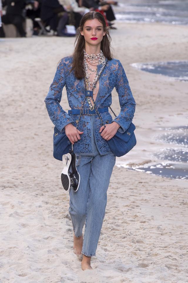 BST Xuân - Hè 2019 của Chanel: những quý cô trên bãi biển - Ảnh 13.