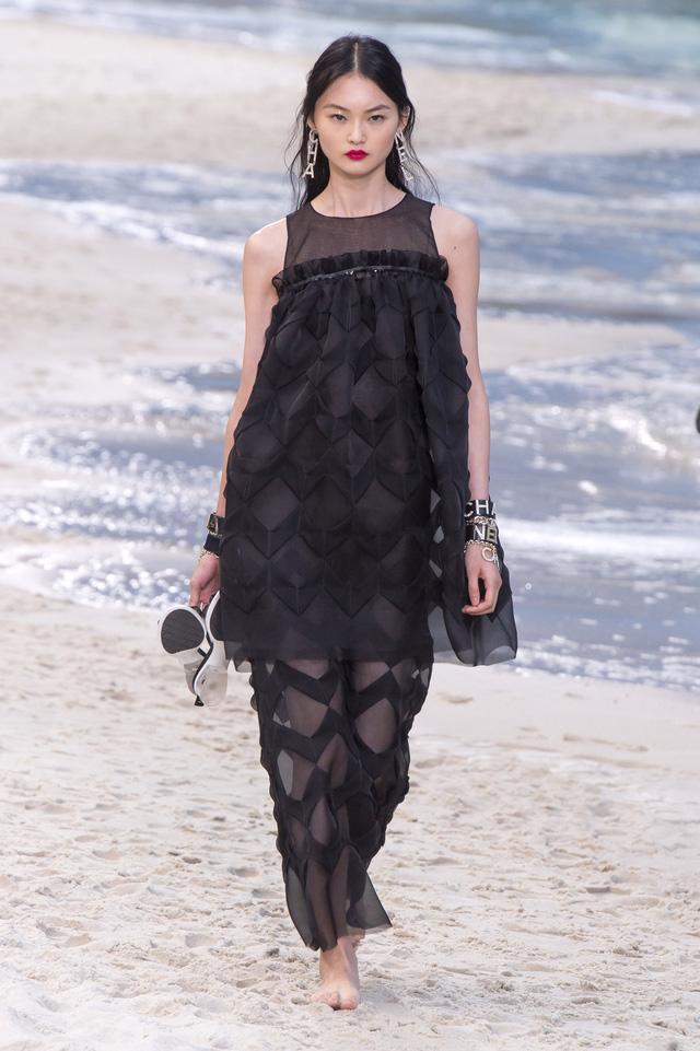 BST Xuân - Hè 2019 của Chanel: những quý cô trên bãi biển - Ảnh 16.