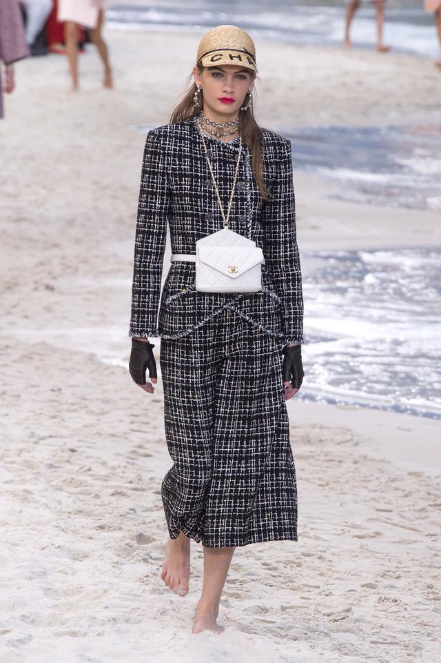 BST Xuân - Hè 2019 của Chanel: những quý cô trên bãi biển - Ảnh 3.