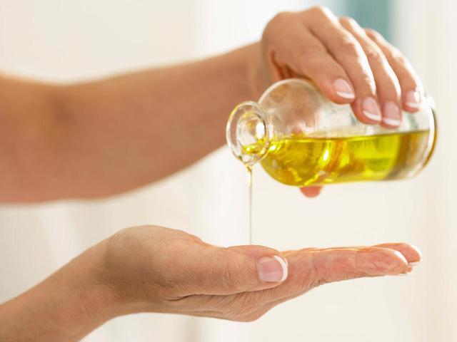 Dưỡng ẩm bằng dầu ăn, bạn có dám thử? - Ảnh 1.