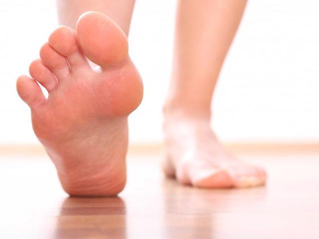 Mẹo hay trị nứt gót chân mùa khô lạnh - Ảnh 2.