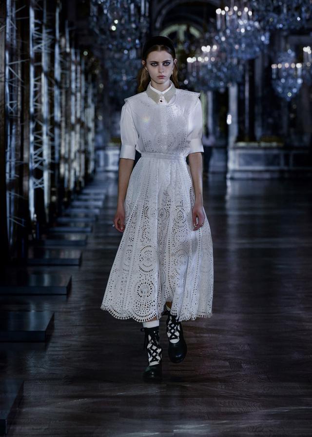 BST Thu – Đông 2021 của Dior: câu chuyện cổ tích trong cung điện Versailles - Ảnh 1.