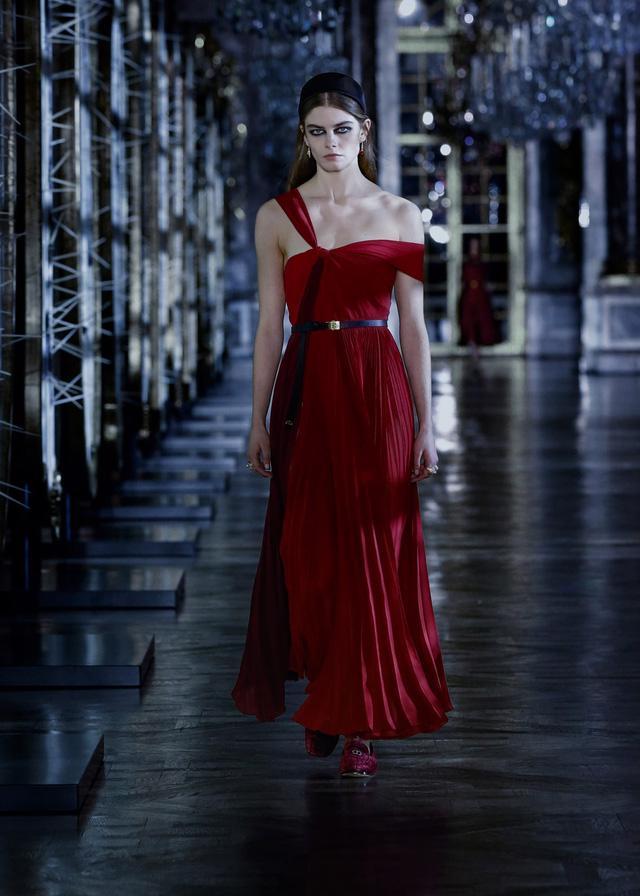 BST Thu – Đông 2021 của Dior: câu chuyện cổ tích trong cung điện Versailles - Ảnh 4.