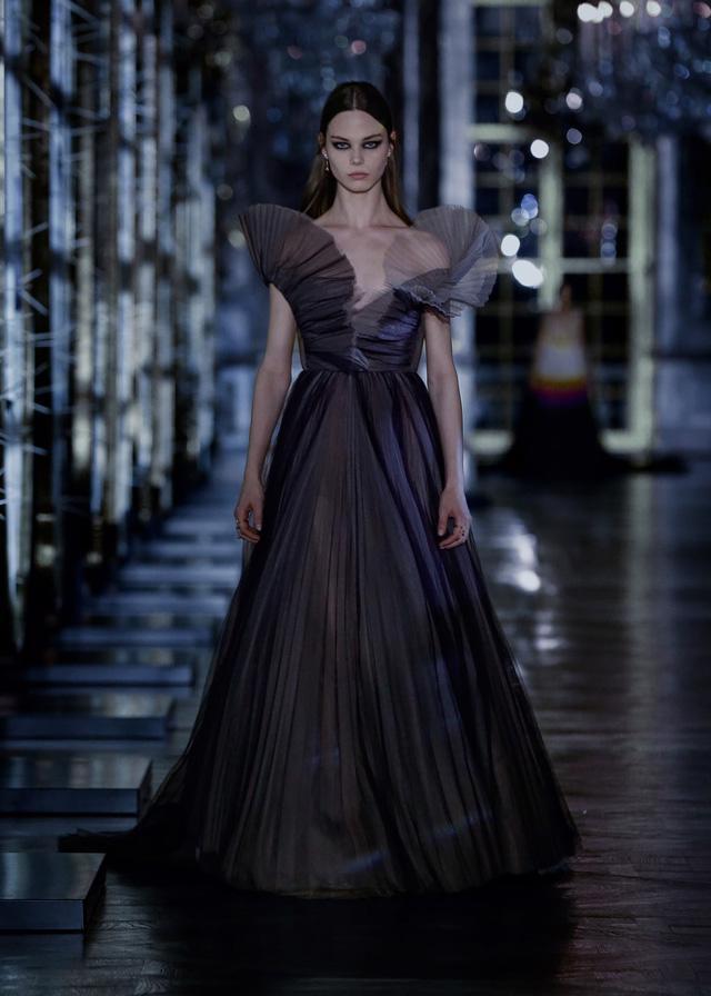 BST Thu – Đông 2021 của Dior: câu chuyện cổ tích trong cung điện Versailles - Ảnh 9.