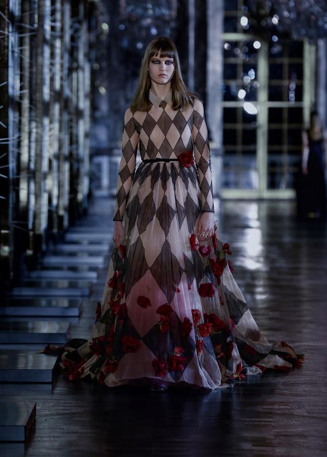 BST Thu – Đông 2021 của Dior: câu chuyện cổ tích trong cung điện Versailles - Ảnh 14.