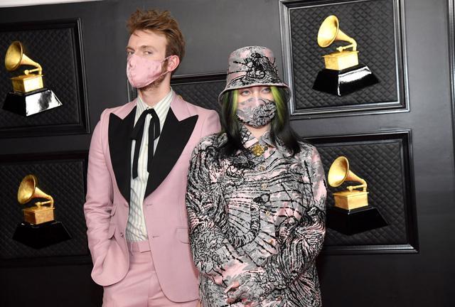 Thời trang thảm đỏ Grammy 2021: khẩu trang là phụ kiện nổi bật nhất - Ảnh 2.