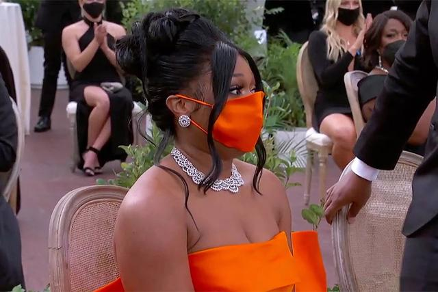 Thời trang thảm đỏ Grammy 2021: khẩu trang là phụ kiện nổi bật nhất - Ảnh 1.