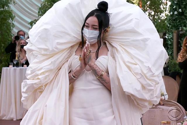 Thời trang thảm đỏ Grammy 2021: khẩu trang là phụ kiện nổi bật nhất - Ảnh 7.