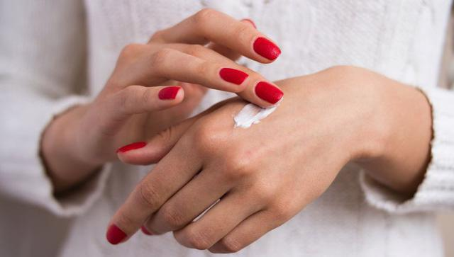 Chăm sóc vùng da hay bị lãng quên nhất: da tay - Ảnh 2.