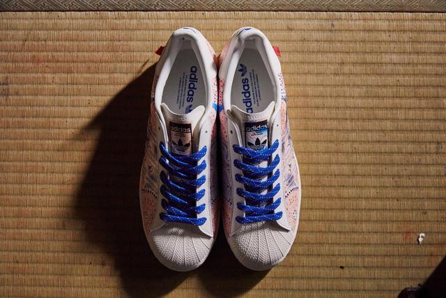 Cận cảnh đôi giày Adidas đang gây sốt tại Nhật Bản - Ảnh 1.