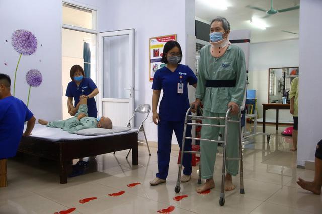 Nguy cơ bại liệt do chấn thương cột sống cổ - Ảnh 2.