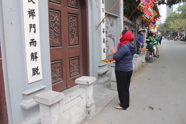 Tháng Giêng không lễ hội, đền chùa cửa đóng then cài - Ảnh 1.