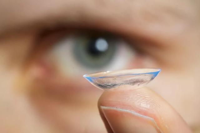 5 biến chứng có thể gặp khi dùng kính áp tròng - Ảnh 3.