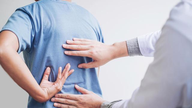 5 bài tập trị liệu cho cột sống cho nhân viên công sở - Ảnh 2.