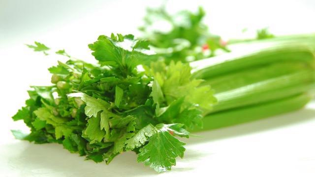 4 công thức nước ép cần tây giúp giảm cân - Ảnh 1.