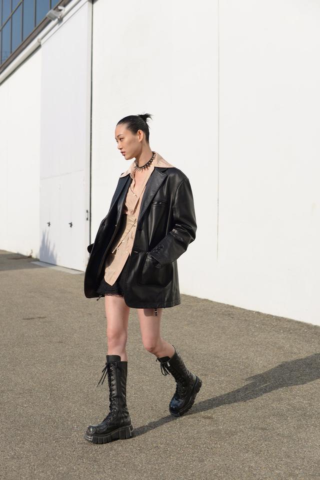 Trang phục đường phố đẹp nhất Milan Fashion Week: áo khoác da phủ sóng - Ảnh 3.