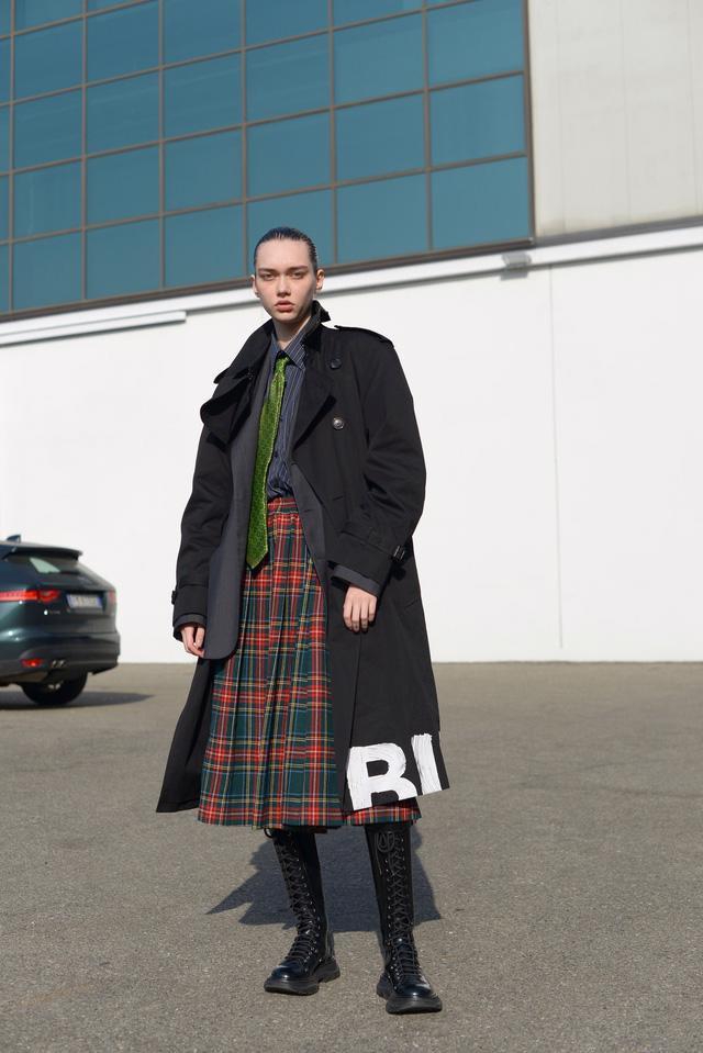 Trang phục đường phố đẹp nhất Milan Fashion Week: áo khoác da phủ sóng - Ảnh 1.