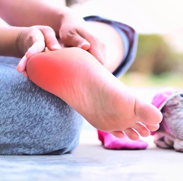 Đi giày sai cách sẽ dẫn đến các bệnh lý bàn chân - Ảnh 2.