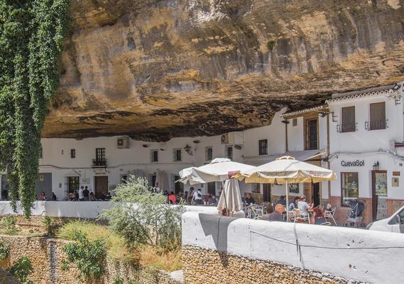 Thăm ngôi làng đá đè ở Tây Ban Nha - Ảnh 1.