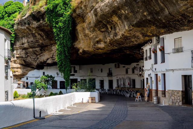 Thăm ngôi làng đá đè ở Tây Ban Nha - Ảnh 7.