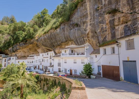Thăm ngôi làng đá đè ở Tây Ban Nha - Ảnh 2.