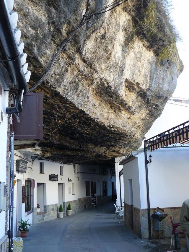 Thăm ngôi làng đá đè ở Tây Ban Nha - Ảnh 4.