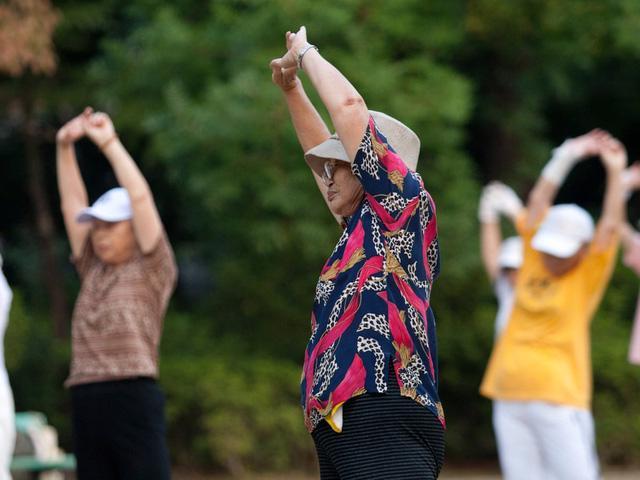 Người cao tuổi cẩn trọng với nguy cơ đột quỵ do đi tập thể dục sớm - Ảnh 1.