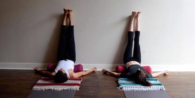 Những động tác yoga giúp bạn ngủ ngon - Ảnh 8.