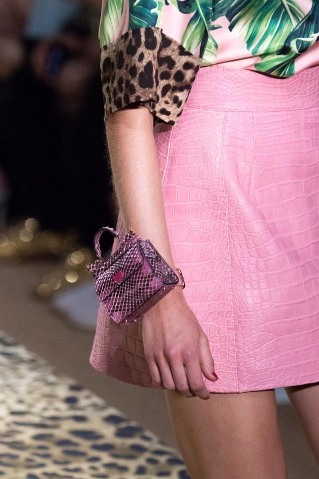 Túi xách siêu nhỏ tiếp tục đổ bộ các tuần lễ thời trang - Ảnh 13.