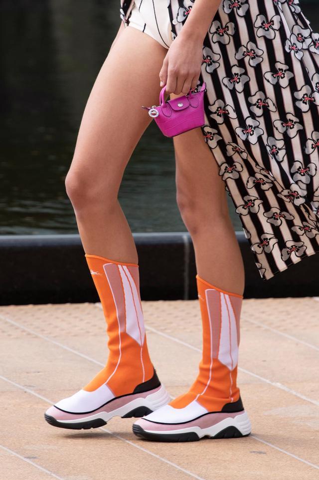 Túi xách siêu nhỏ tiếp tục đổ bộ các tuần lễ thời trang - Ảnh 12.