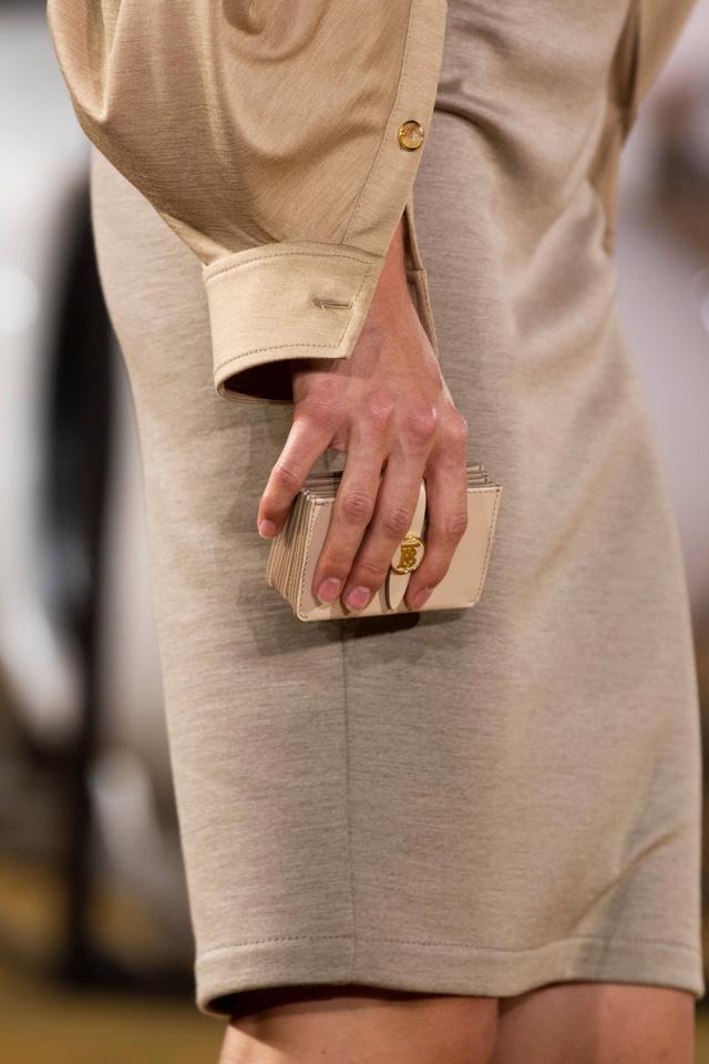 Túi xách siêu nhỏ tiếp tục đổ bộ các tuần lễ thời trang - Ảnh 2.