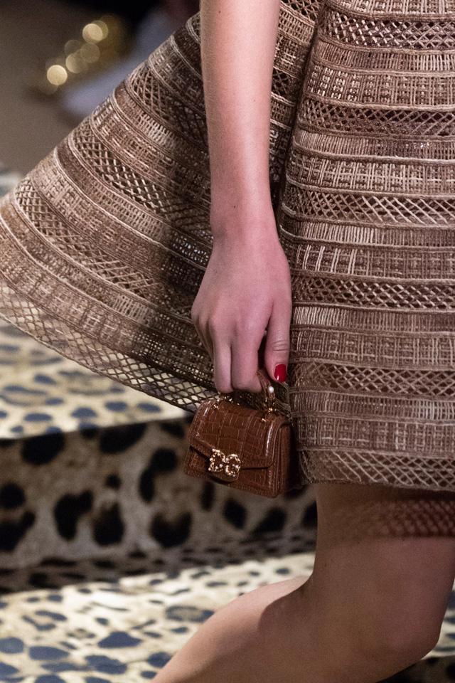 Túi xách siêu nhỏ tiếp tục đổ bộ các tuần lễ thời trang - Ảnh 6.
